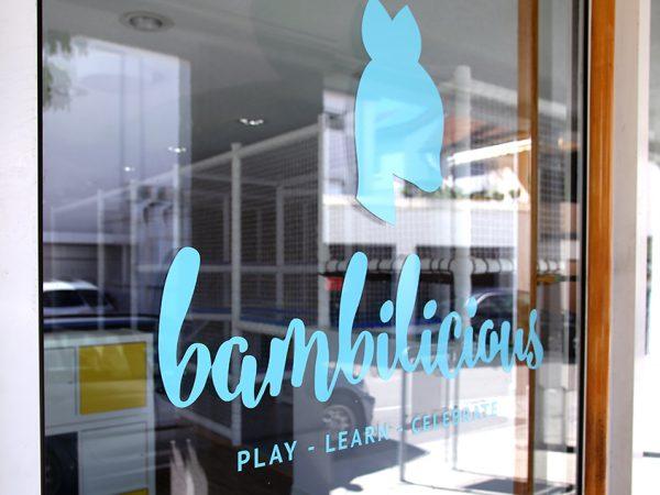 bambilicious Eingangstür mit Logobeschriftung